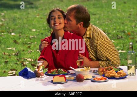Junges Paar mit Picknick zusammen - Stockfoto