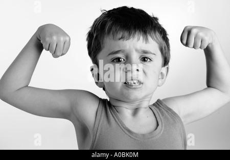 Kind, die vorgeben, starker Mann zu sein - Stockfoto