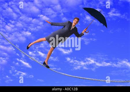 Geschäftsfrau, balancieren auf schmalen Grat - Stockfoto