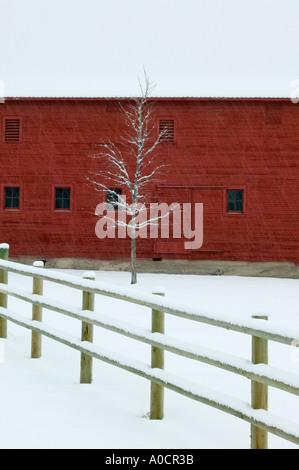 Scheune mit Schnee und Zaun in der Nähe von Joseph Oregon - Stockfoto