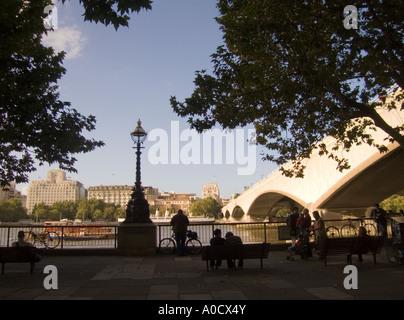 England London Ansicht der Waterloo Bridge und über Themse alte shell Mex Gebäude - Stockfoto