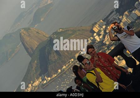 Touristen auf Anzeigen Plattform des Corcovado mit Sugar Loaf Mountain Rio de Janeiro Brasilien - Stockfoto