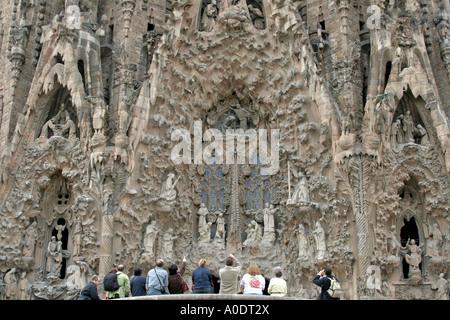 Sagrada Familia und Gruppe von Touristen fotografieren vor Barcelona-Katalonien-Spanien - Stockfoto