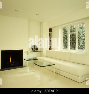 Weisses Sofa Und Plexiglas Couchtische Vor Fenster Im Modernen Weissen Wohnzimmer Mit Boden