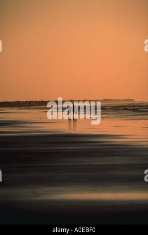 Paare, die auf die Strand-silhouette - Stockfoto