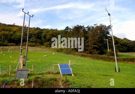 Hausgemachte System mit solar & Windkraft zur Erzeugung von Elektrizität & Bio Bergbauernhof Wales UK unter Stromleitungen - Stockfoto