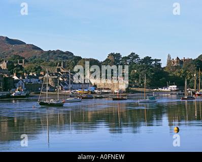CONWY NORTH WALES UK November mit Blick auf den Fluss Conwy in Richtung der Kai-Seite dieser mittelalterlichen Stadt - Stockfoto