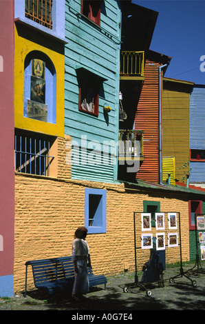 Eine bunte Straße im Herzen des Viertels La Boca in Beunos Aires - Stockfoto
