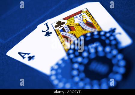 Chips auf Ace und Jack am Kartentisch blau getönten mit Sonderfarben - Stockfoto