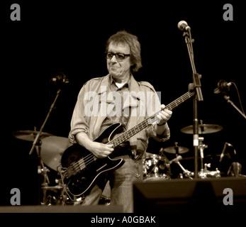 Bill Wyman spielt e-Bass-Gitarrist - Stockfoto