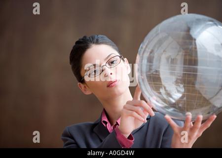 Frau aufblasbare Globus betrachten - Stockfoto
