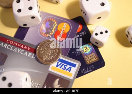 Finanzielles Risiko spielen Kreditkarten Geld und Würfel - Stockfoto