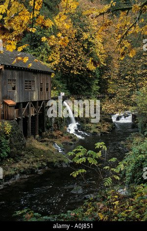 Herbst Farbe: Cedar Creek Grist Mill Clark County Washington USA - Stockfoto