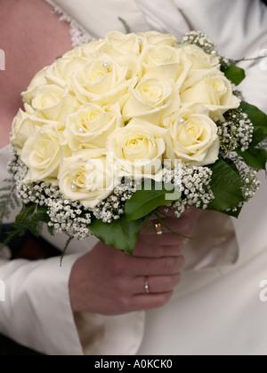 Nahaufnahme von Pastell gelbe Rosen Brautstrauß mit Perlen verziert - Stockfoto