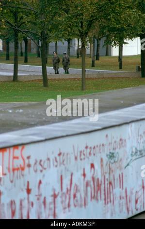 DDR-Grenzsoldaten patrouillieren die Berliner Mauer in der DDR 1985 - Stockfoto