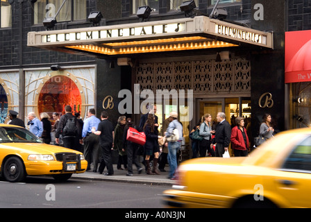 Shopper vorbei Kaufhaus Bloomingdale s in Manhattan New York USA - Stockfoto