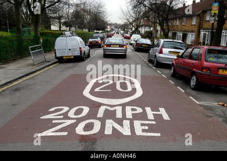 20 km/h Geschwindigkeit Sperrzone in Wohnstraße, Haringey, London, England, UK - Stockfoto