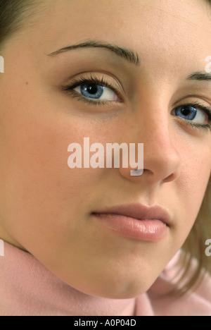 Junge Frau mit ernsten Blick - Stockfoto
