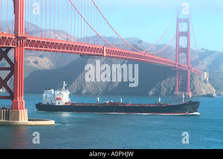 Öl-Tanker unter der Golden Gate Bridge in San Francisco Kalifornien Bucht segeln - Stockfoto