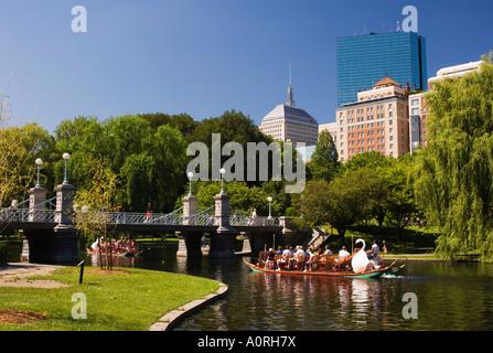 Lagune-Brücke und Swan Boat im Stadtpark Boston Massachusetts New England Vereinigte Staaten von Amerika Nordamerika - Stockfoto