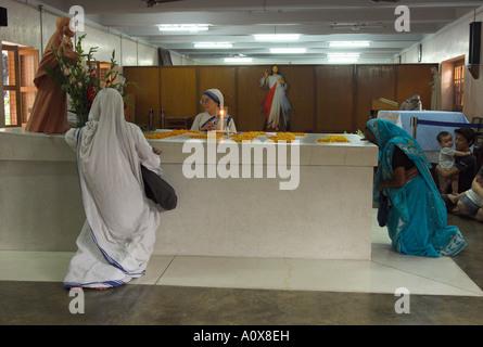 Indien West Bengal Kolkata Mutter s Haus Mutter Theresa Grab 2 Nonnen und Inderin an Mutter Theresa eine Grab beten - Stockfoto