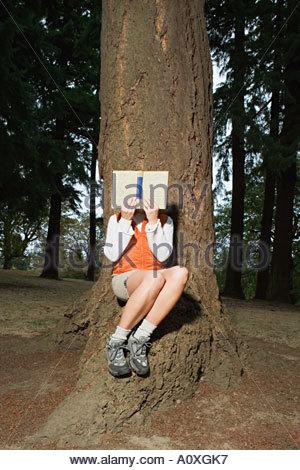 Frau liest im Wald - Stockfoto