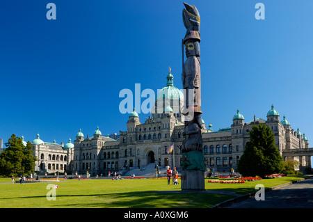 Totempfahl und BC Parlamentsgebäude Victoria Vancouver Island in British Columbia Kanada - Stockfoto