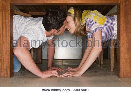 romantische junge paar k ssen unter dem dach vektor durchgehende linie zeichnen vektor. Black Bedroom Furniture Sets. Home Design Ideas