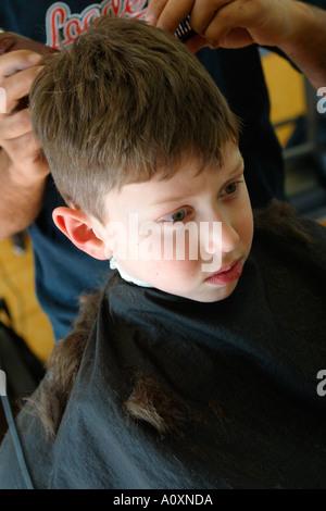 Kleiner Junge bekommen Haare schneiden - Stockfoto
