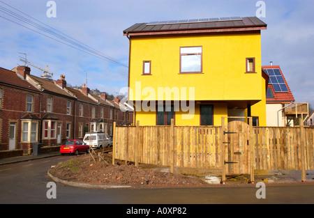 Selbst bauen Öko Häuser im Bau am Standort in Bristol gegenübergestellt gegen viktorianischen Reihenhaus Gehäuse - Stockfoto