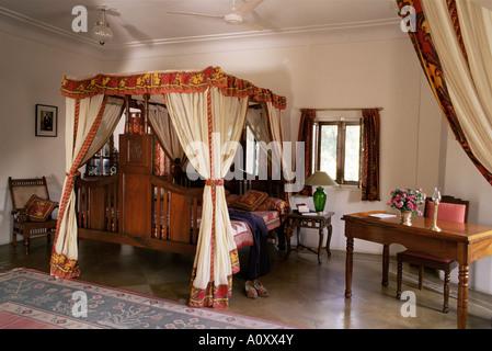 Himmelbett mit vorh nge im schlafzimmer eine altmodische - Mobel block schlafzimmer ...