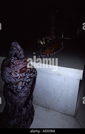 Anbeter beten am Grab von Mutter Theresa, Mutterhaus, Kolkata, ehemals Kalkutta, Indien - Stockfoto