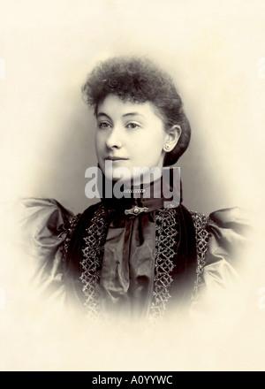 Sepia Porträt einer schönen jungen viktorianische Dame in einem satin-Kleid - Stockfoto