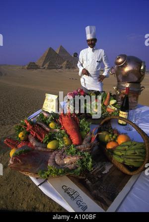 Küchenchef des Hotels mit Anzeige der Lebensmittel in der Nähe von Kairo Pyramiden Gizeh-Ägypten - Stockfoto