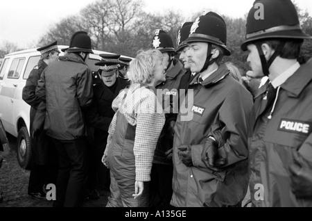 Greenham Common Frauen CND Peace Camp, Frau protest Protest schreien an der Polizei Linie Berkshire 1983 1980 S - Stockfoto