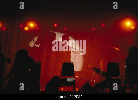 Silhouette der Musiker gedreht durch einen Vorhang - Stockfoto