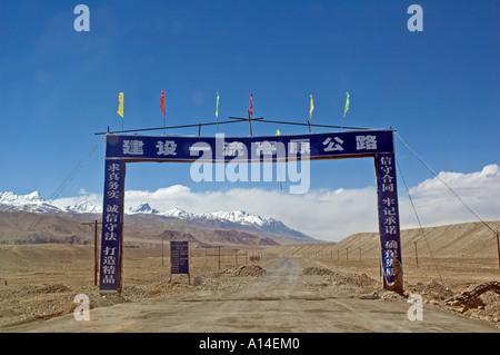 Ein Tor Werbung die Sanierung der Straße auf der chinesischen Seite von den Khunjerab-pass - Stockfoto