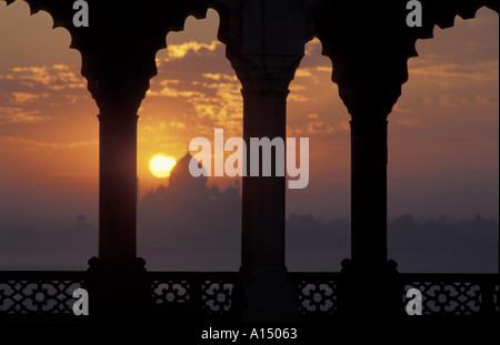 Sonnenaufgang über dem Taj Mahal aus Agra Fort Agra Indien - Stockfoto