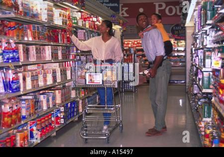 Eine afroamerikanische Familie für Lebensmittel in einem Supermarkt einkaufen - Stockfoto