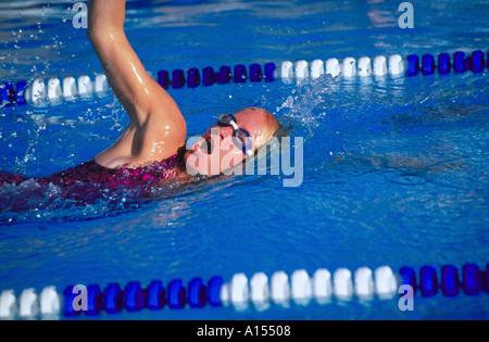 Eine junge Frau, die Kür im Schwimmbad schwimmen - Stockfoto