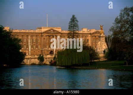 Die Victoria Monument und dem Buckingham Palace über Teich in St James Park London England UK A Woolfitt aus gesehen - Stockfoto