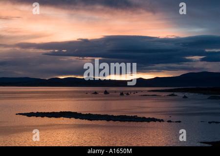 Digitale Abbildung des farbenfrohen Sonnenaufgang am Mono Lake - Stockfoto