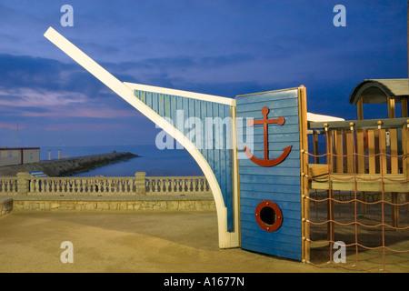 Klettergerüst Schiff : Kinder klettergerüst in der morgendämmerung form von einem