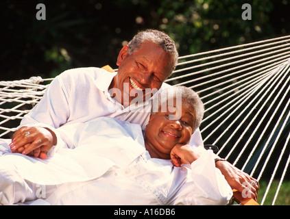 Im Ruhestand, afrikanischen amerikanischen Ehepaar gemeinsam entspannen in der Hängematte - Stockfoto