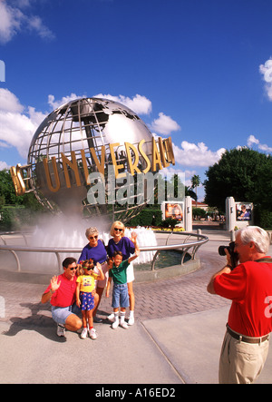 Universal Studios Florida-Familie posiert als Großvater nimmt Bild - Stockfoto