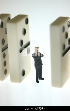 der Mensch zwischen die Dominosteine - Stockfoto
