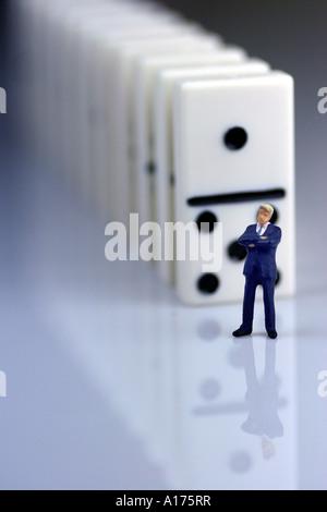Mann vor die Dominosteine - Stockfoto