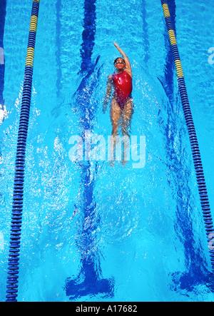 Junge Frau schwimmen Runden in einem Pool in Fitness Form in der Spur - Stockfoto