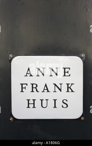 vertikale Porträtfoto der Gedenktafel an der Wand vor dem Haus von Anne Frank in Amsterdam in den Niederlanden - Stockfoto
