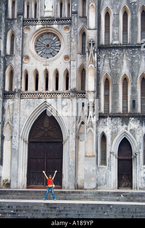 Junge Frau voller Aufregung St Joseph s Kathedrale Hanoi Vietnam - Stockfoto
